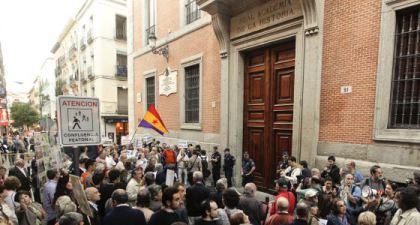 Protesta davant la Real Academia de la Historia, juny 2011. Autor: Bernardo Pérez, Font: El País