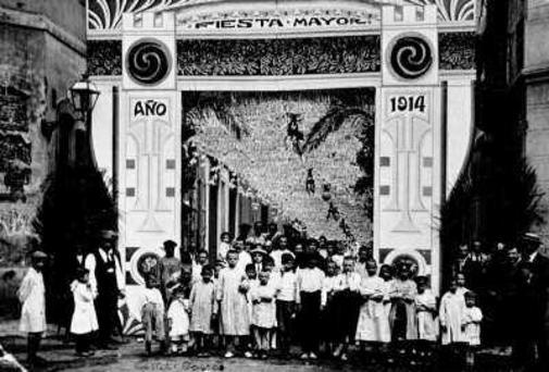 La Festa Major al carrer Torres. Festes de Gràcia 1914. Foto de Ramon Balaguer. Font: Federació d'entitats de la Festa Major de Gràcia