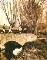 Cursa Cross Country al seu pas pel Rec Comtal Pont entre els límits de la Sagrera i Sant Andreu de Palomar Al fons, la fàbrica de Can Portabella Reproduïda a La Vanguardia el gener de 1933 Foto J. M. Sagarra. Fons família Vinyes-Roig
